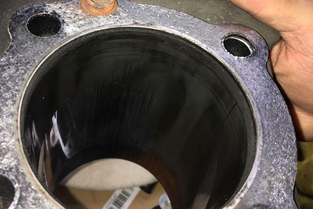 XL1200S シリンダー内の縦傷