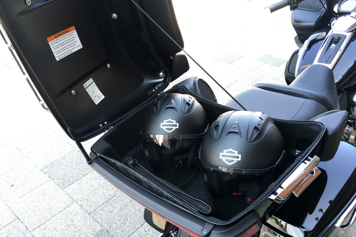 ロードグライドウルトラ ヘルメット収納